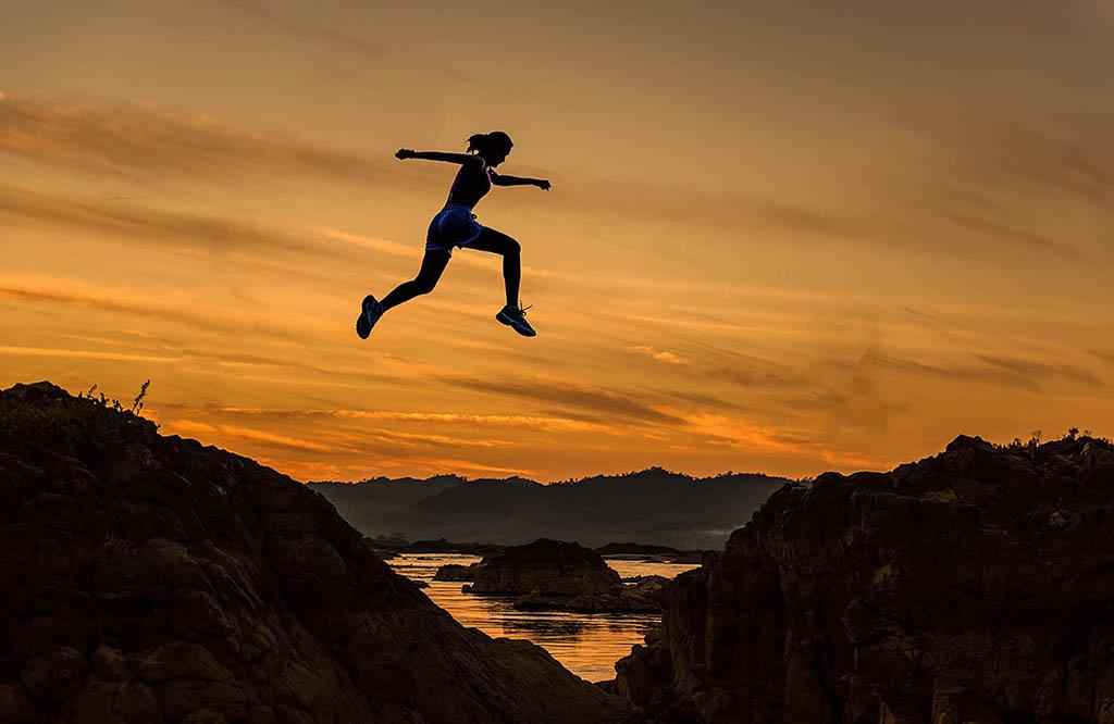 Chica-saltando-clinica-carrera-fisioterapia